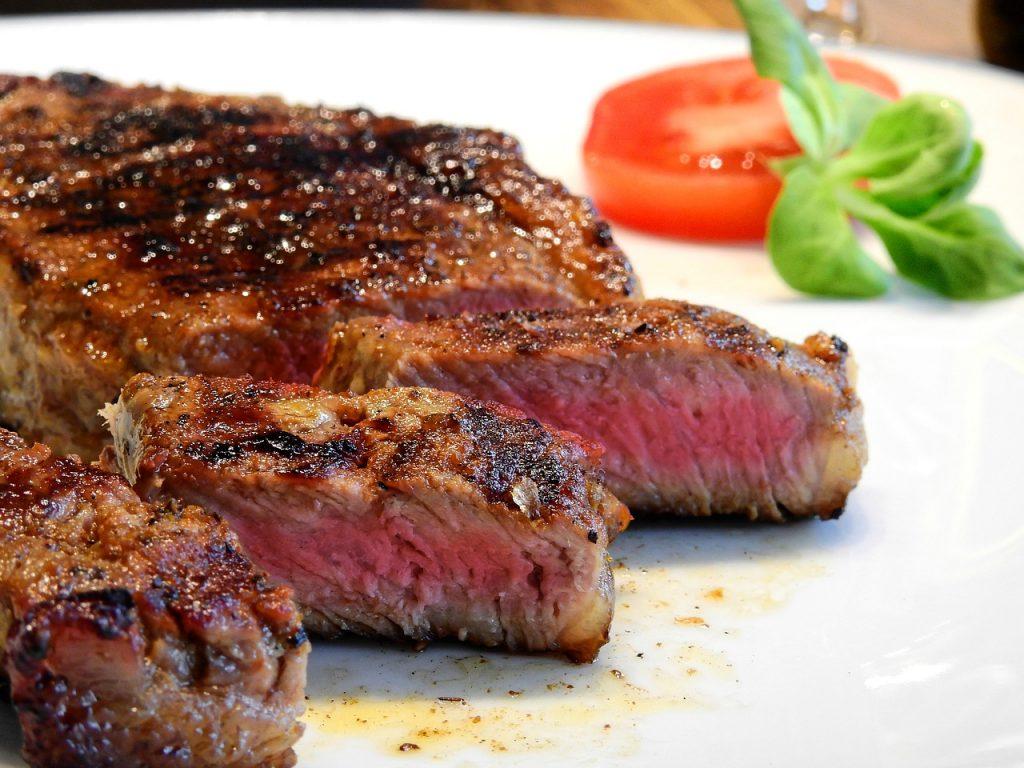 בשר מוכן על צלחת