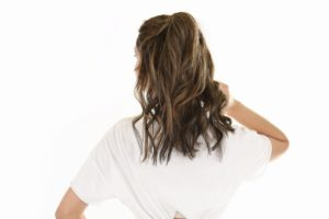 אישה עם שיער מלא