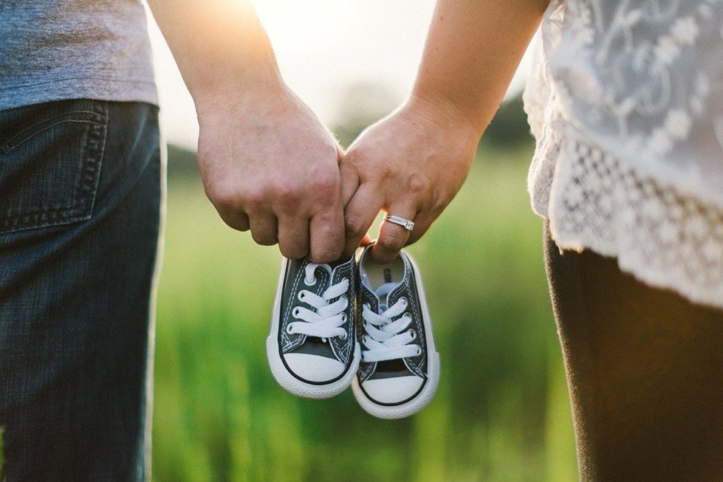 שני אנשים מחזיקים נעליים