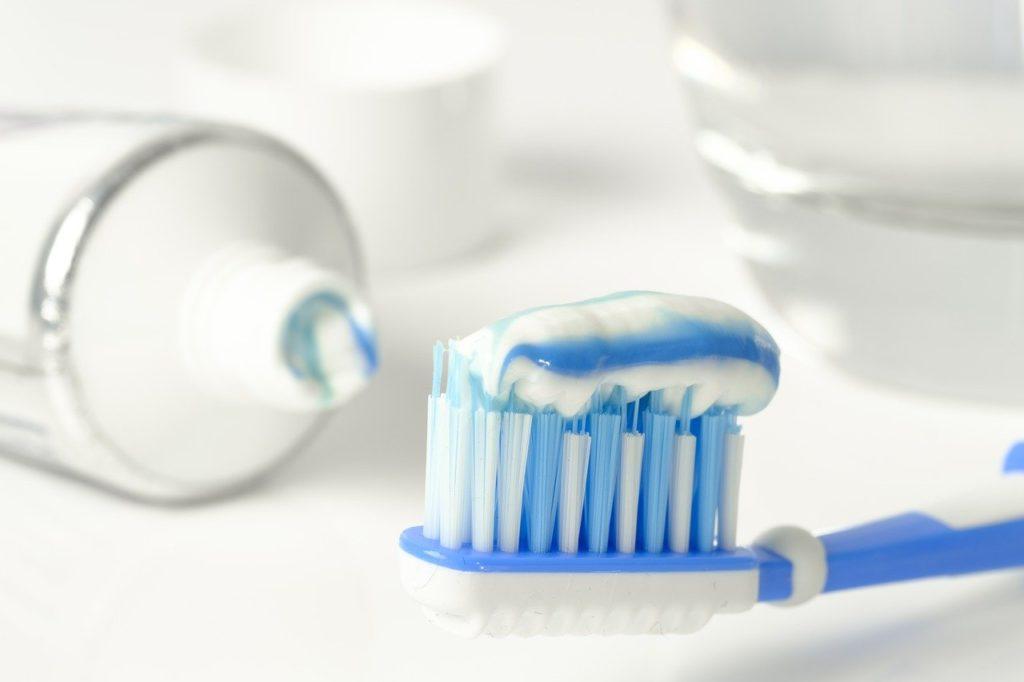משחה ומברשת שיניים